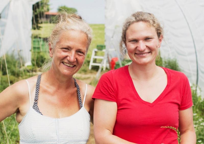 Kristine Rühl (links) und ihre Nichte Karoline Widur waren von Anfang an die treibenden Kräfte von SoLaWi Chiemgau. Foto: Eder