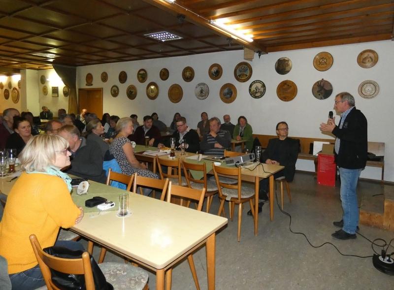 Biobauer Hans Empl teilte seine Erfahrungen beim Umstieg in die Biolandwirtschaft den Besuchern mit. Daneben sitzend mit Brille Prof. Dr. Zaller.