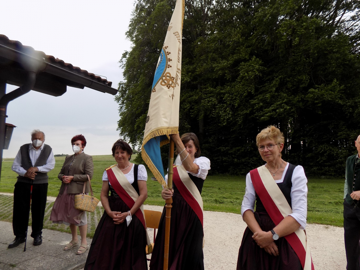 Die Fahnenabordnung als sichtbarer Repräsentant der Gemeinschaft bleibt während des Wortgottesdienstes an ihrem Platz. (von links): Elisabeth Spiegelsberger, Irmengard Posch und Anneliese Mühltahler.
