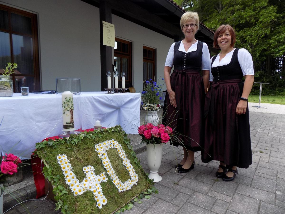 """Die mit Margeriten gesteckte """"40"""" weist auch daraufhin hin,, dass die Frauengemeinschaft eine florierende Gruppe ist. Aktuell geleitet wird sie von Tina Poller (rechts) und ihrer Stellvertreterin Maria Gebauer."""