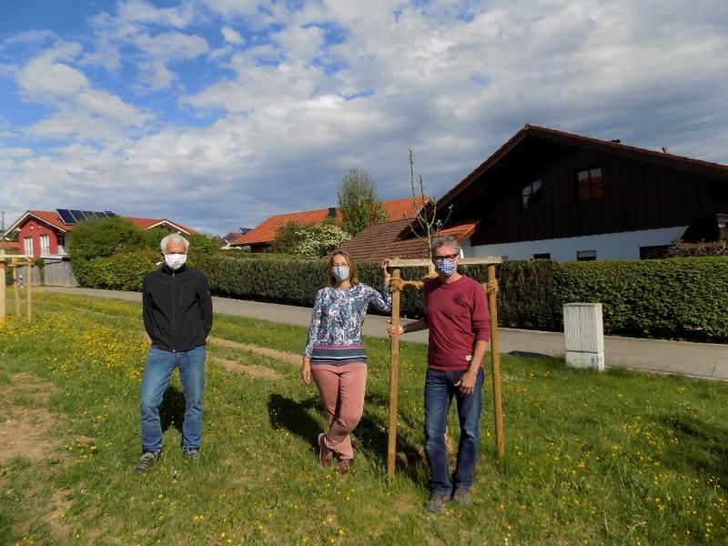 Die Baumpaten (von rechts) Klaus Stöhr, Monika Ries und Sepp Rehrl.