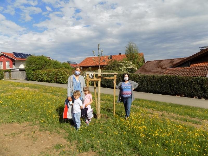 Schon die kleinsten Baumpaten Konstantin und Leni Emge (mit Mama Nadine) erfuhren bei dem Treffen auf der Streuobstwiese, wie wichtig intakte Ökosysteme für den Menschen sind. Baumpatin Anneliese Caruso (rechts) freut sich, dass auch ihre Nachbarn mitmachen.