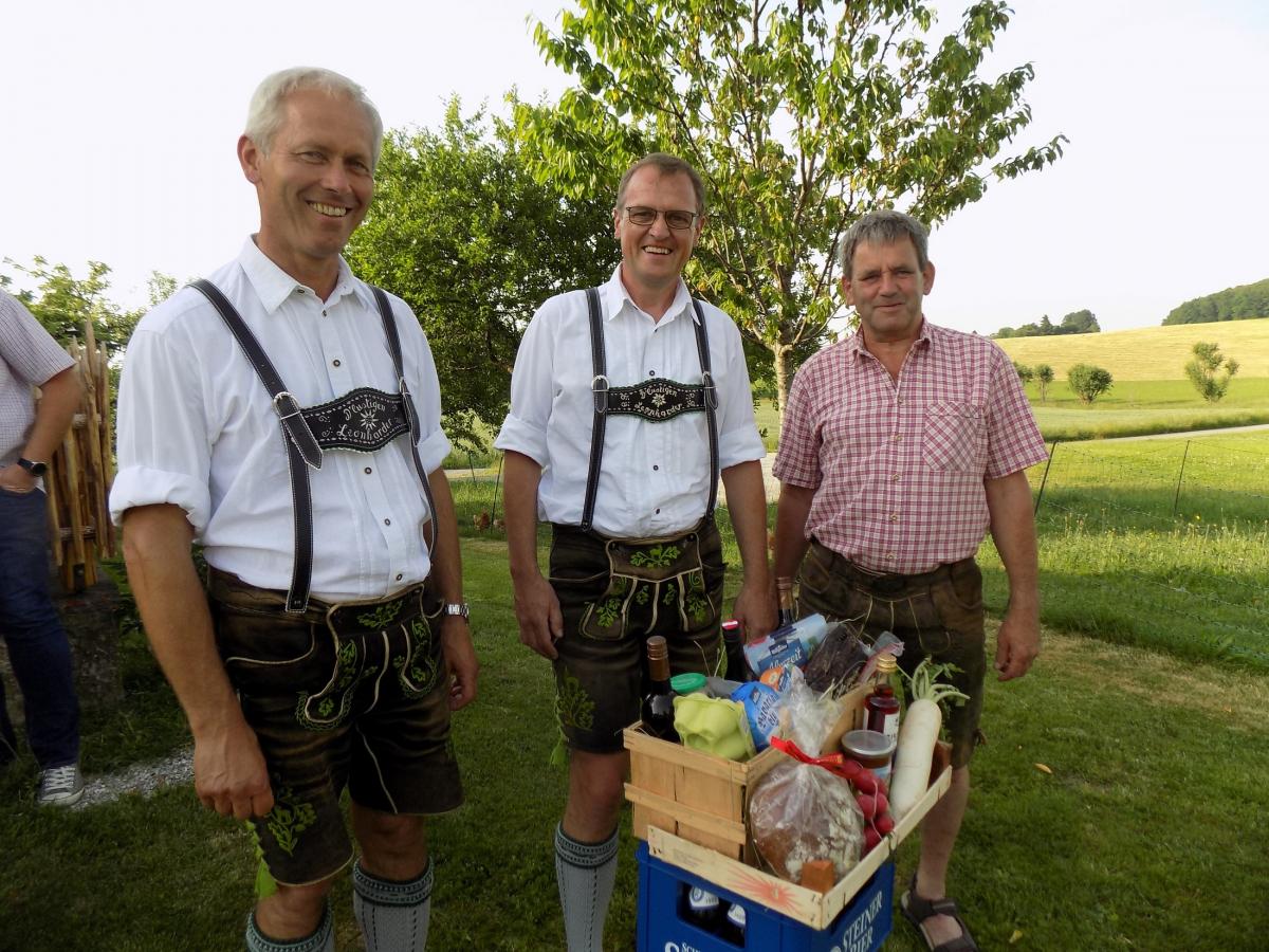(von links): Bürgermeister Martin Fenninger freut sich über das Geschenk, das ihm seine Stellvertreter Hermann Eder und Josef Eder zum Jubiläum überreichen.