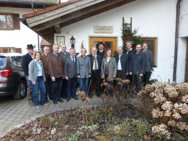 Die Bürgermeister der zehn Mitgliedsgemeinden der Ökomodellregion Waginger See- Rupertiwinkel. Links zu sehen sind Biogetreidebauer Franz Obermeyer und Jessica Romstötter, die das Bioflaschlbrot produziert.
