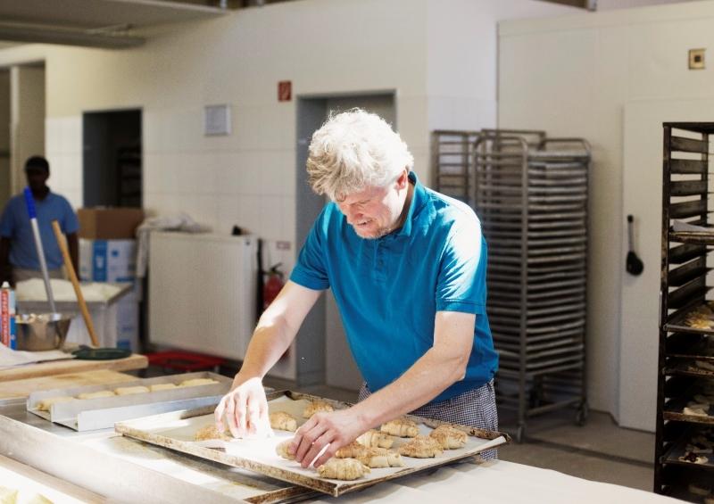 Die Bäckerei Neumeier in Teisendorf, im Bild Andreas Neumeier, arbeitet noch traditionell. Sie verarbeitet auch Getreide aus Laufener Landweizen.
