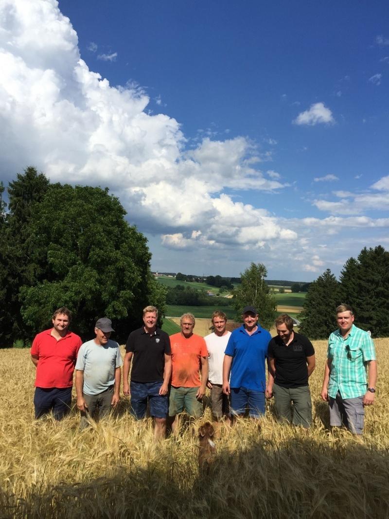 Einige Biobraugerstenbauern bei der Felderbegehung bei herrlichem Wetter. Dritter von lins ist Markus Milkreiter, der Braumeister der Schlossbrauerei Stein.