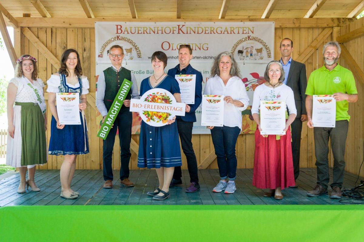 Biokönigin Anna-Lena I. mit den Gewinnern der schönsten Gemeinschaftsveranstaltung der Bioerlebnistage 2020, von links: Elisabeth Waldeck (2.v.l.) / Ökomodellregion Steinwald, Hubert Heigl und Cordula Rutz (LVÖ), die vier Gewinner aus mehreren Region (ganz rechts Andreas Huber, Ökomodellregion Waginger See-Rupertiwinkel), 2.v.r. Wolfgang Wintzer (BStMELF).