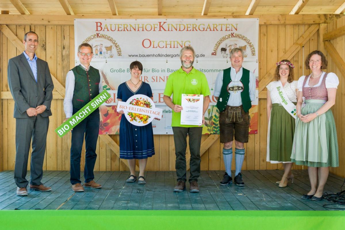 Wolfgang Wintzer (links), Referat Ökolandbau, übergab die Auszeichnungen für die Bioerlebnistage, stellvertretend für Ministerin Kaniber. 2.v.l. Hubert Heigl (LVÖ), Cordula Rutz (LVÖ), Andreas Huber (Biogemüsehof in Wonneberg), Matthias Baderhuber und Stefanie Lang (rechts), Vorstandssprecher der Ökomodellregion; dazwischen Biokönigin Anna-Lena I.