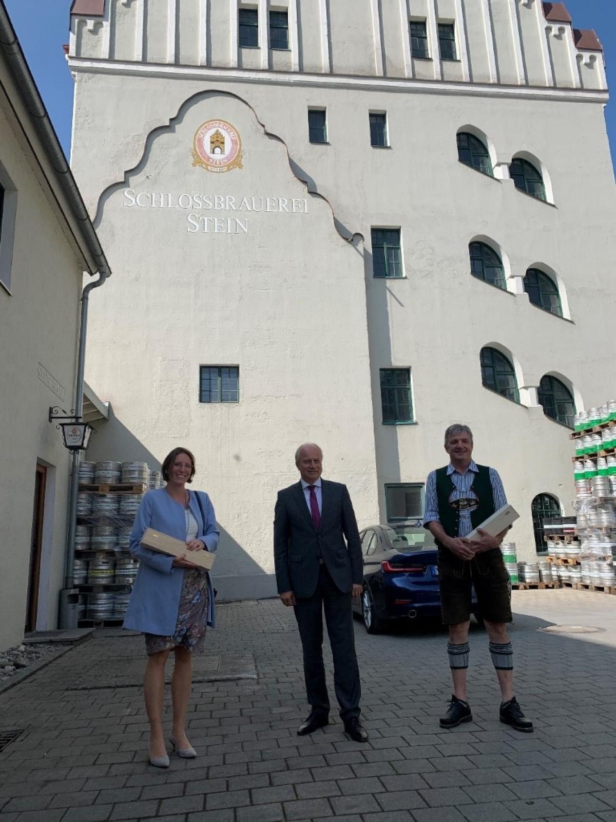 Bürgermeisterin Steffi Lang, Taching, und Bürgermeister Hias Baderhuber, Waging, tauschten sich mit Landesrat Seitinger zur Ökomodellregion aus.