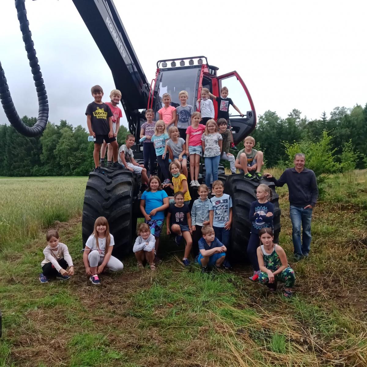 Unterrichtsgang der 2. Klasse zum nagelneuen Harvester am 7.7.21
