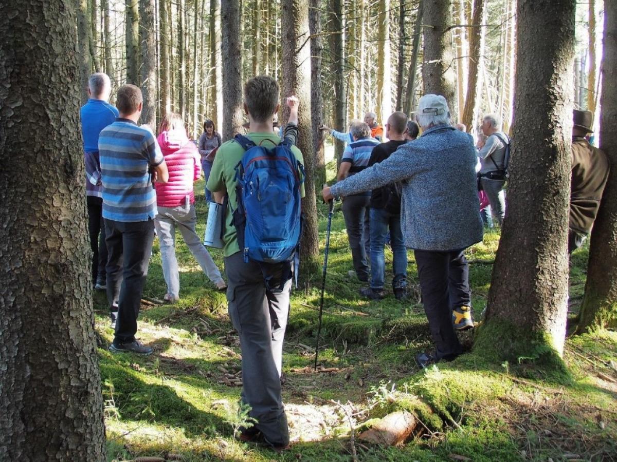 Dominik Bachmor von der Regierung von Oberbayern erläuterte die Bemühungen und den Nutzen der Renaturierung von Hochmooren.