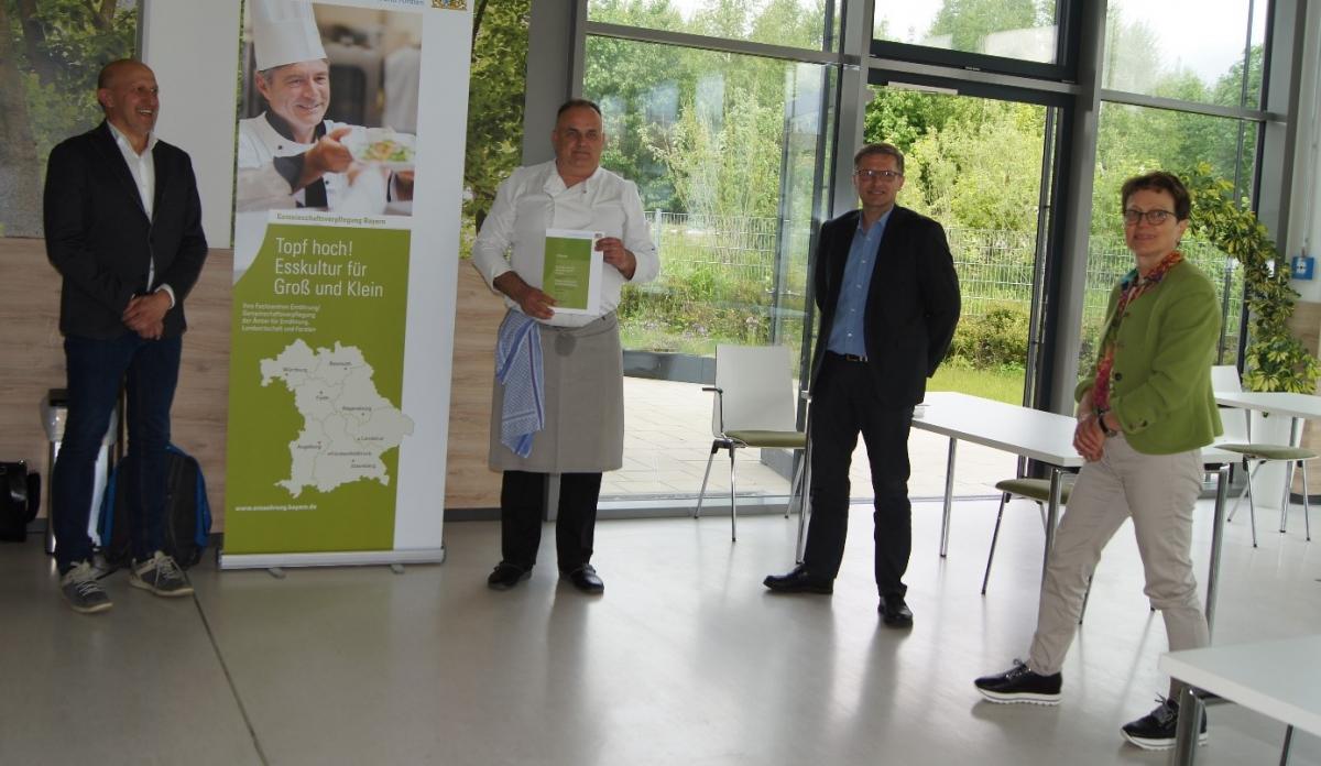 Irmgard Reischl überreichte die Urkunde für das erfolgreich durchgeführte Bio-Coaching an (von rechts) Andreas Hafner, Betriebsleiter der Nordwerkstatt, Küchenchef Tom Pavic und Geschäftsführer Dr. Jens Maceiczyk.