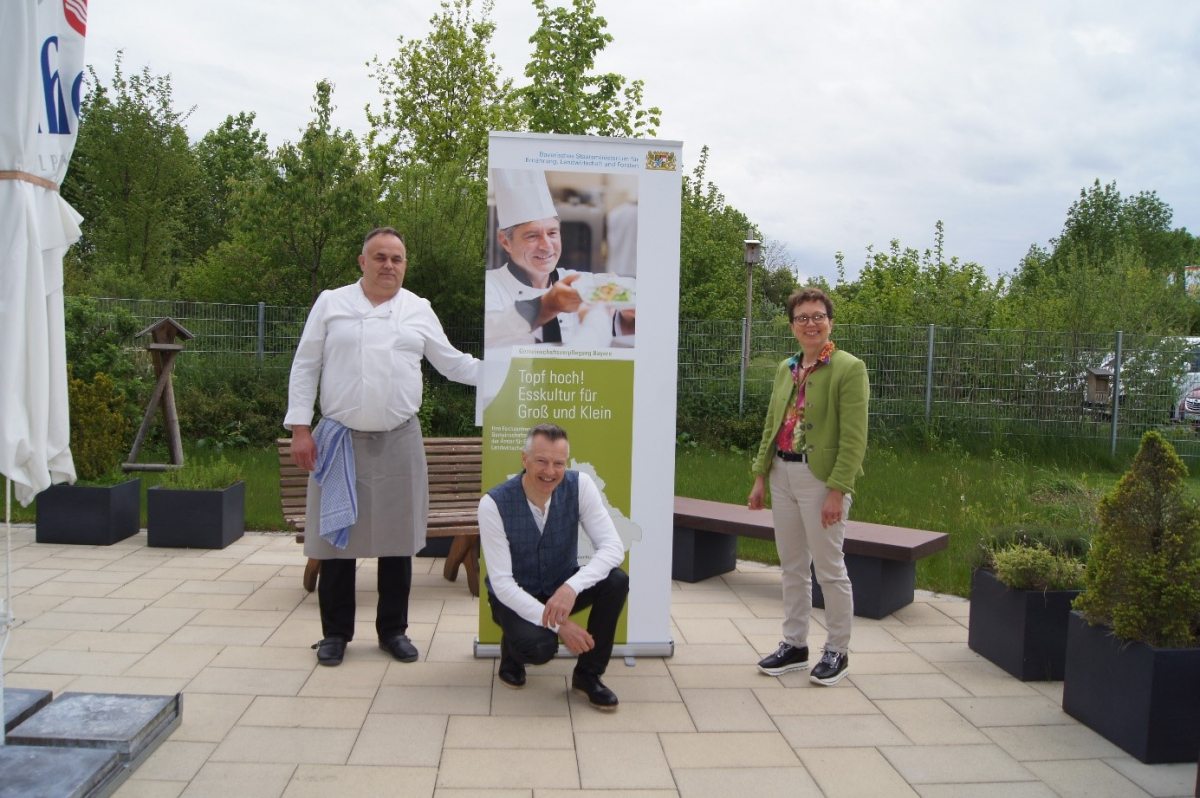 Koch und Biomentor Hubert Bittl (Mitte) beriet das Küchenteam mit Küchenchef Tomo Pavic (links) im Detail zu den nötigen Umstellungsprozessen beim Einkauf, der Speiseplanung und den Bestellabläufen. Irmgard Reischl (rechts) vom Fachzentrum Gemeinschaftsverpflegung in Ebersberg organisierte den Beratungsprozess.