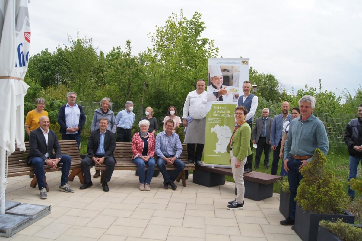 Vorstandssprecher(in) Matthias Baderhuber (4. v.l./ 6.v.l. hinten) und Steffi Lang überbrachten die Grüße der Ökomodellregion Waginger See-Rupertiwinkel, die die Einzelberatung der Lebenshilfe-Werkstätten ermöglicht hatte.