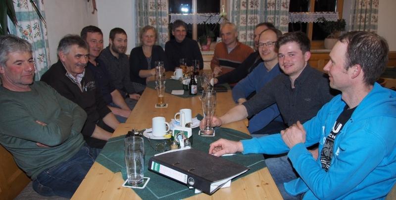 Tisch mit den teilnehmenden Bauern und Interessenten und AG-Sprecher Franz Huber (Mitte).