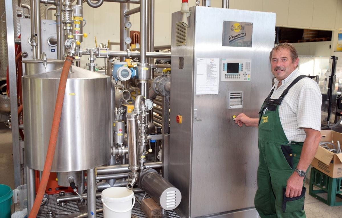 Gregor Greimel startete in dieser Woche die Presse für Äpfel und Birnen. Er will in Zukunft, wie bereits 2018, zertifizierte Biosäfte erzeugen.