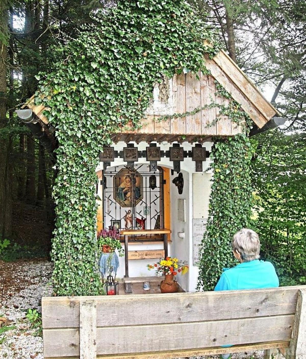 Auf einer der Bänke vor der Kapelle sitzend, kann man das hübsche kleine Bauwerk mit all seinen Verzierungen und Inschriften in aller Ruhe auf sich wirken lassen.