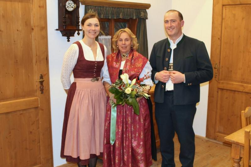 Gratulation zum Goldenen Bühnenjubiläum von Gitta Winkler. Von links: Irene Maierhofer, Gitta Winkler, Stephan Eglseer