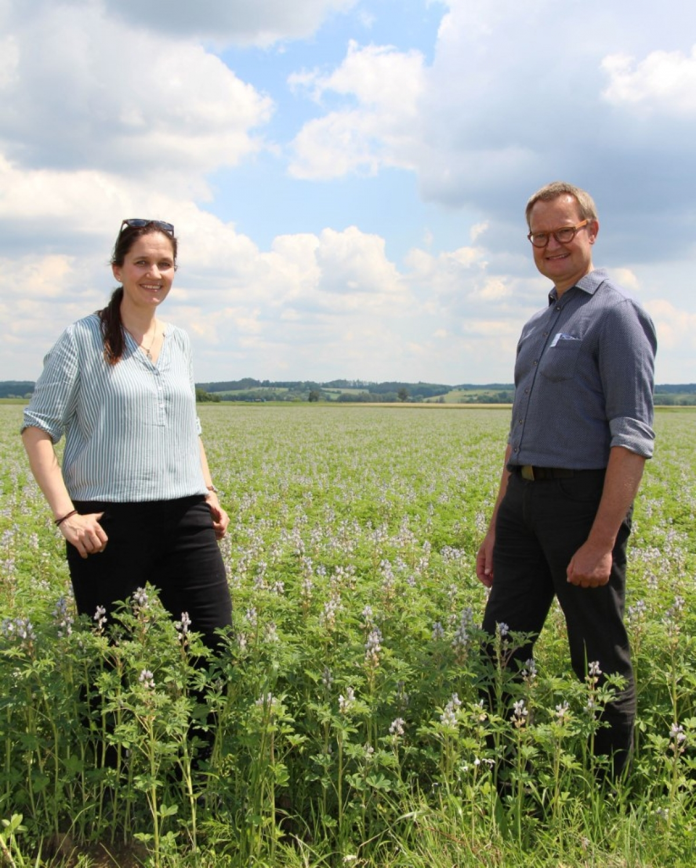 Bernadette Lex, Betriebsleiterin Biohof Lex und Hubert Heigl, Erster Vorsitzender der LVÖ Bayern am Lupinen-Acker der Familie Lex