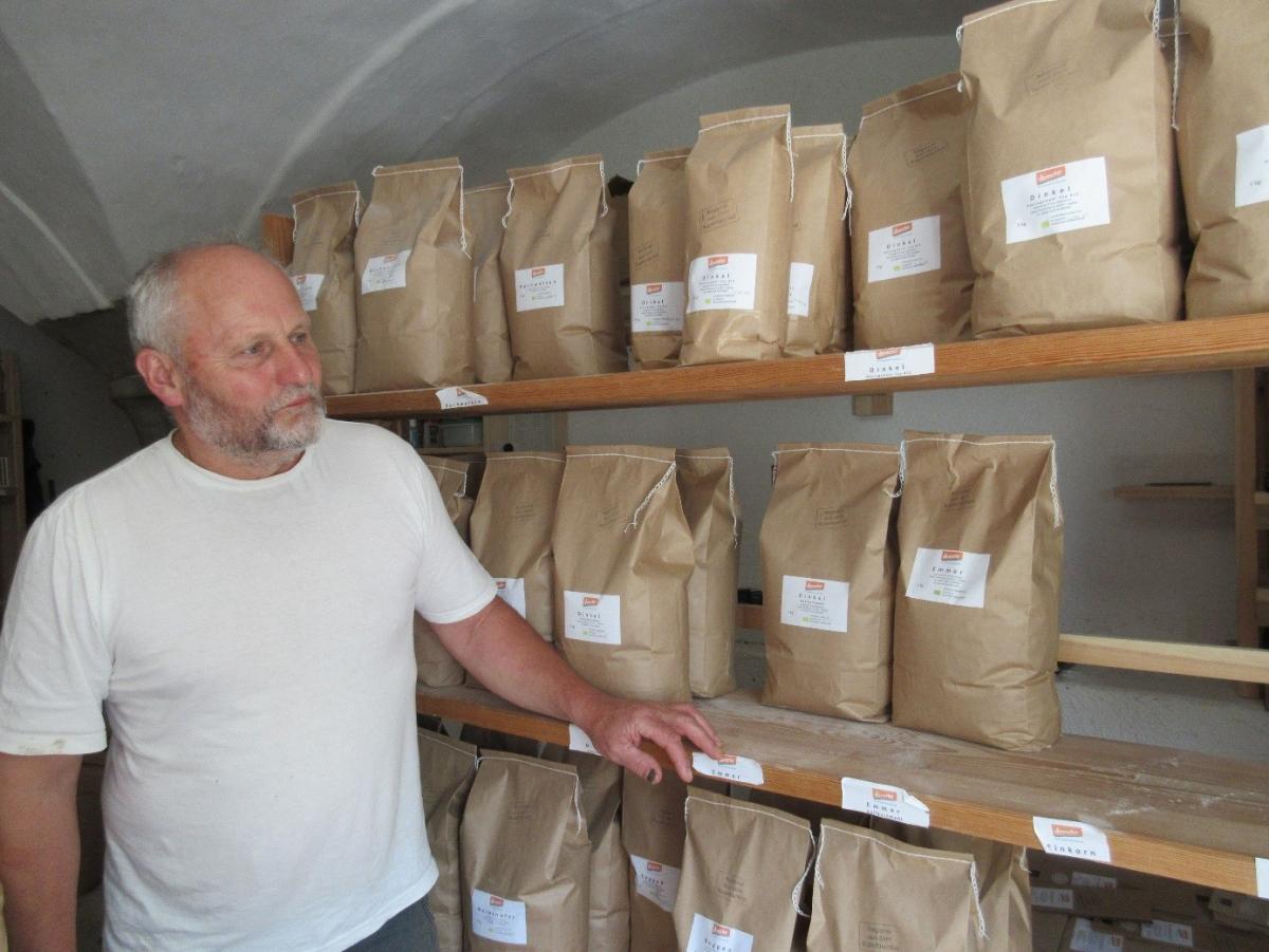 Körner und Getreide aus biologischem Anbau bietet Franz Obermeyer in der Verkaufsstelle an seinem Hof in Tengling an. Aber auch viele Bio-Läden und Reformhäuser in der Region führen die Erzeugnisse aus der Öko-Modellregion am Waginger See im Sortiment.