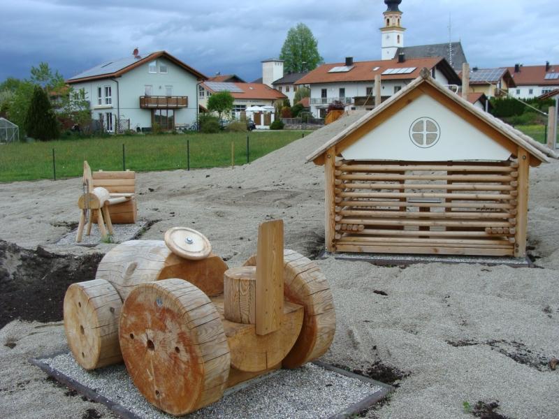 Kreative Spielfiguren wie Bulldog, Pferdefuhrwerk und Spielhäuschen sind für die Kinder aufgestellt worden.
