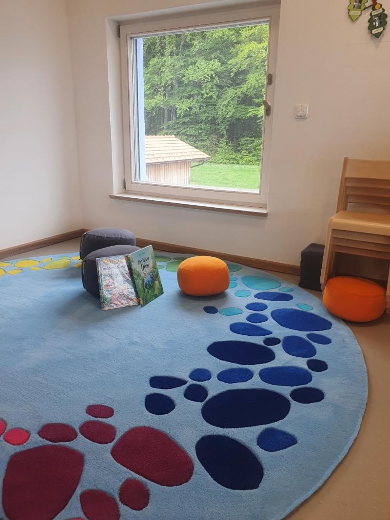 Auch innen ist der Kindergarten fertig, und alles wartet auf den Ansturm der Kinder. Die Kindergärtnerinnen, die derzeit nur wenig Kinder zu betreuen haben, werkeln noch an der Einrichtung und Dekoration.