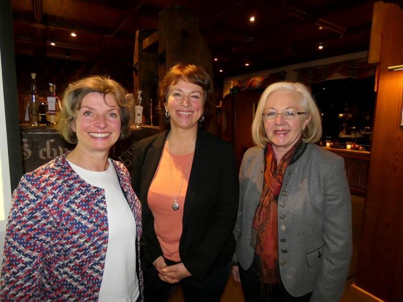 Die Gründungsmitglieder des Traunsteiner Ernährungsrates: (von links): Beate Rutkowski (BN), Gisela Sengl, MdL und Helga Geistanger (Slowfood).