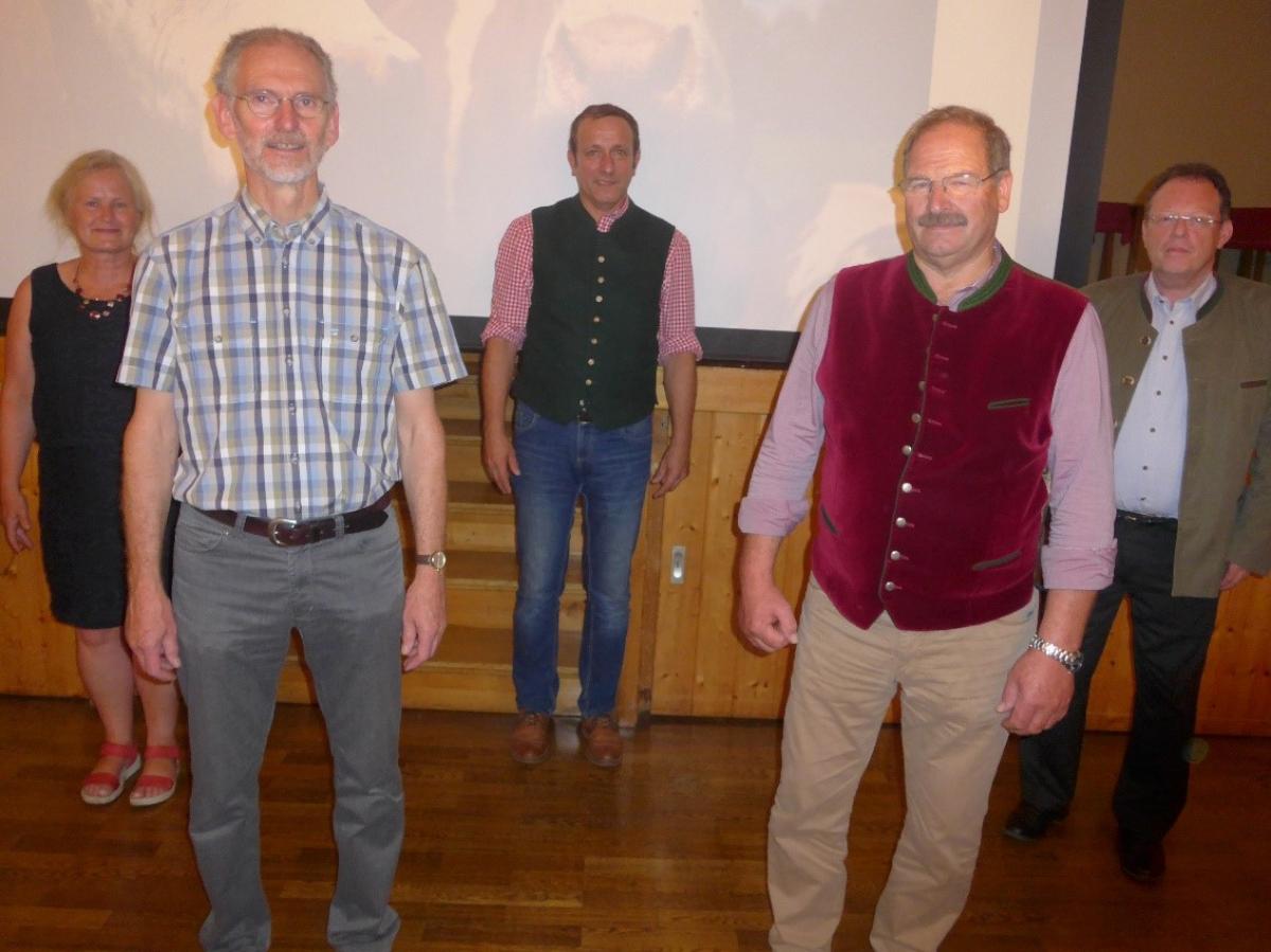 Von links nach rechts: Marlene Berger-Stöckl (Ökomodellregion), Ulrich Mück (Referent), Matthäus Michlbauer (BBV-Geschäftsleiter), Wast Siglreithmeier (Kreisobmann BBV Traunstein), Hans Zens (stellvertretender Leiter des AELF).