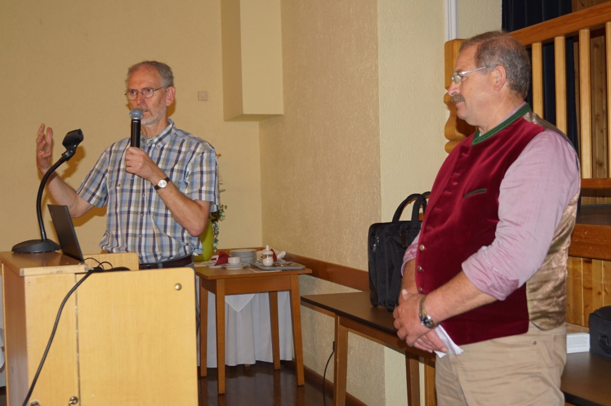 Referent Ulrich Mück (li). zusammen mit BBV-Kreisobmann Sebastian Siglreithmayer, der die anschließende Diskussion leitete.