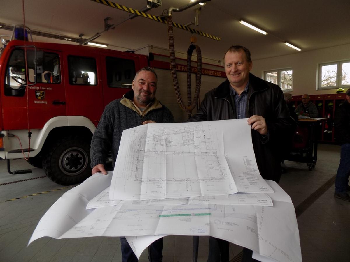 Den Festakt im Feuerwehrhaus nutzt der Architekt des Bauträgers, Thomas Bachmayer (rechts) um Details aus den Bauplänen mit dem Markus Rehrl von der Hochbaufirma Rehrl zu besprechen.
