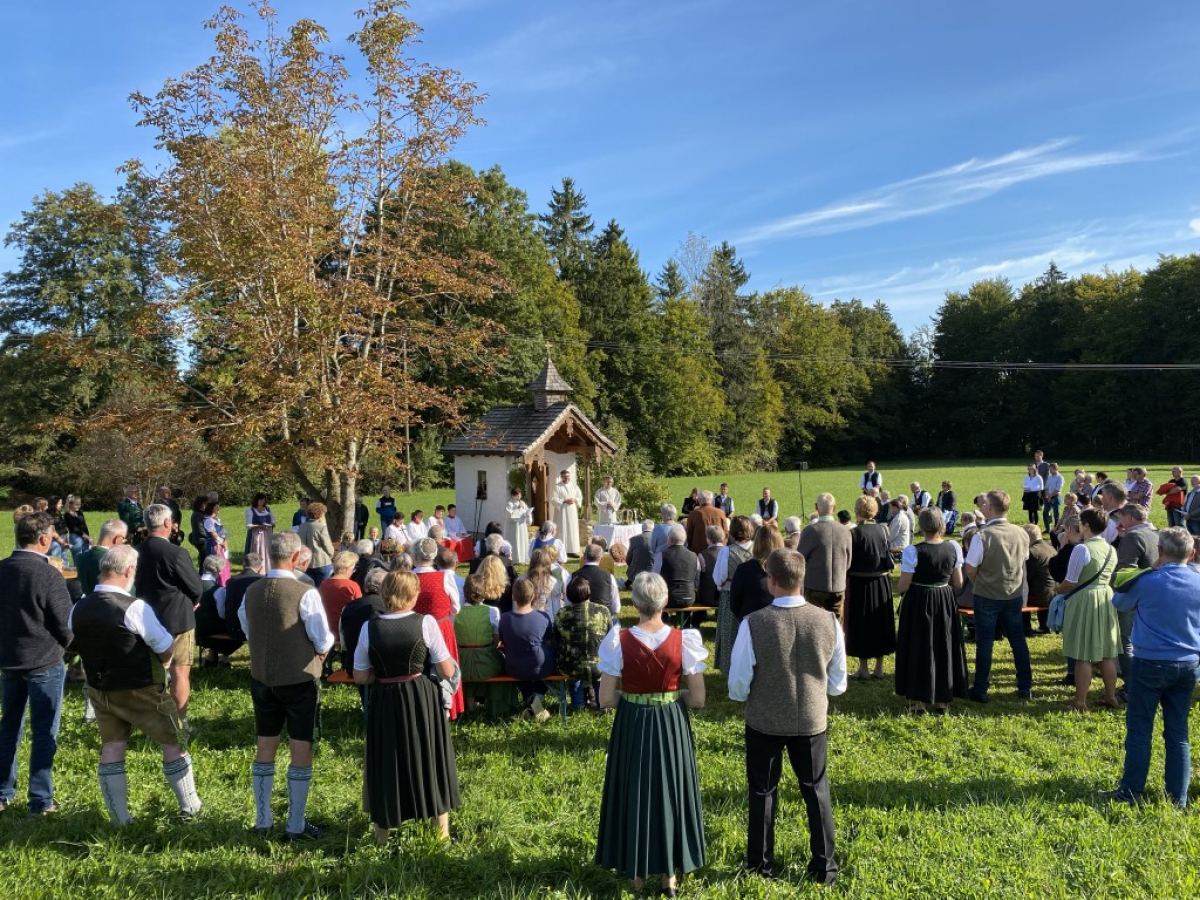 Raphael-Kapelle in Hoggen mit Martin Riedl und seinem Altardienst