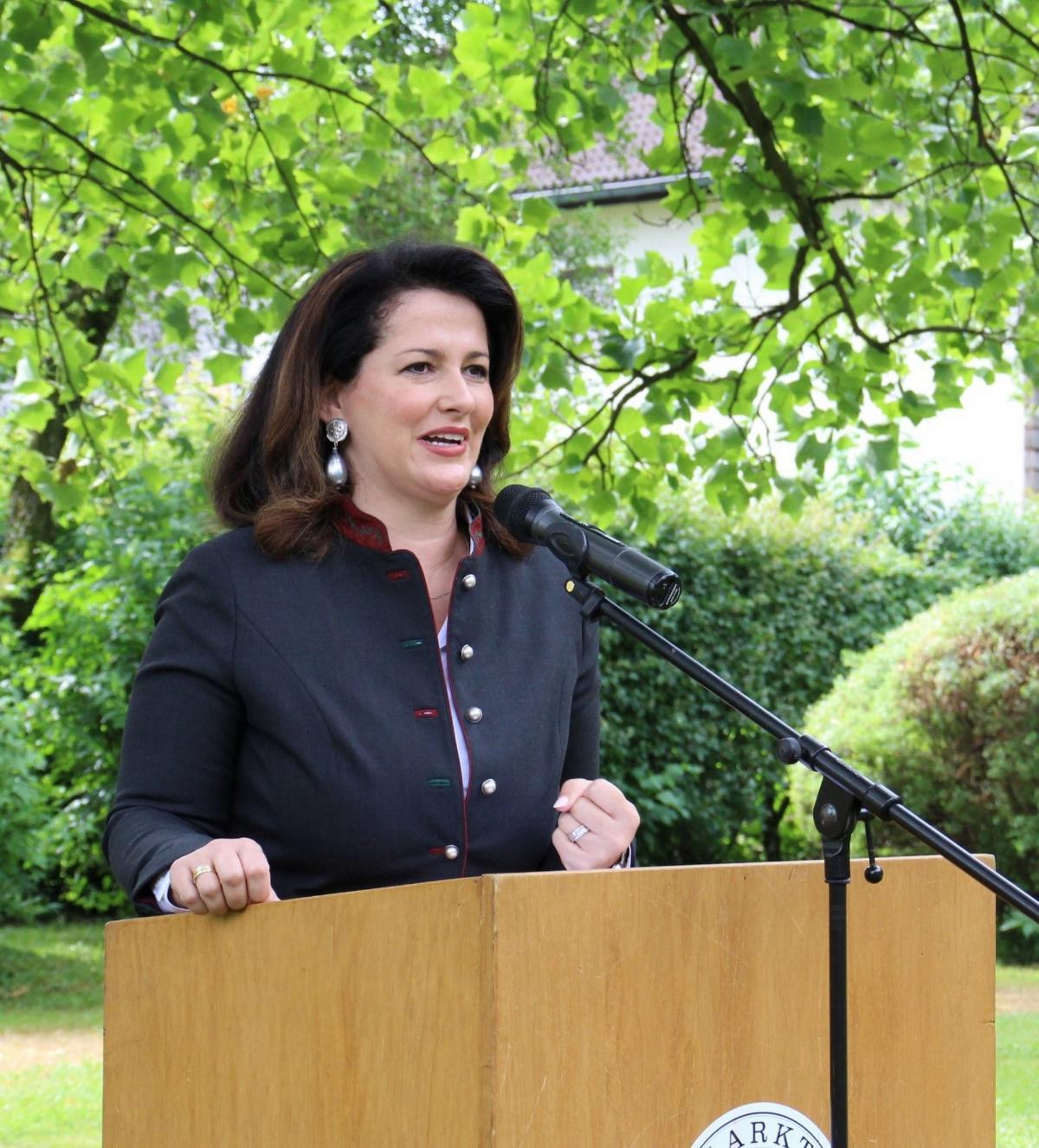 Staatsministerin Michaela Kaniber bei ihrer Ansprache im Lindenpark in Teisendorf