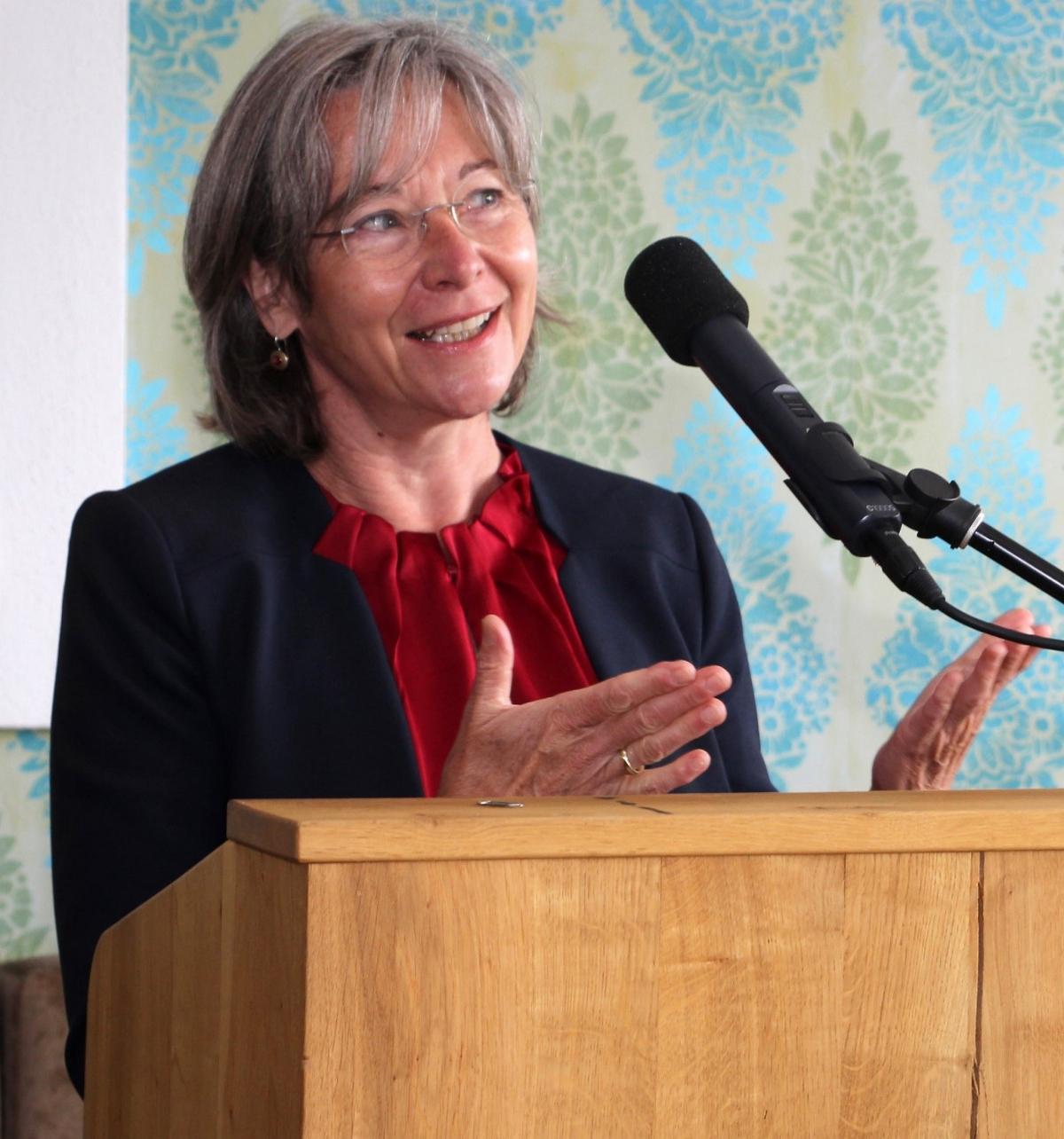 """Zu mehr """"Wildnis im Kleinen"""" ermutigte Ulrike Lorenz vom Bayerischen Naturschutzfonds im Hotel Gut Edermann."""