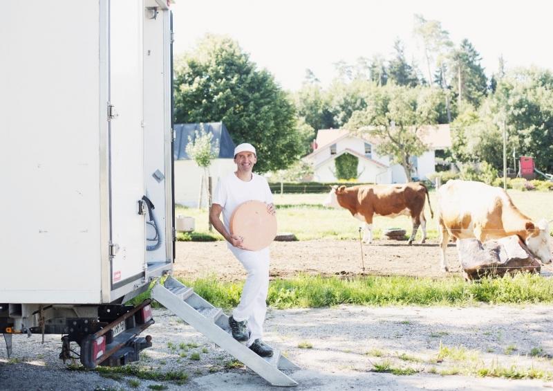Stephan Scholz, Naturland-Fachberater, Autor des Gastartikels, betreibt nebenher eine mobile Käserei und verkäst Biomilch ab Hof von derzeit 6 Landwirten aus der Ökomodellregion.