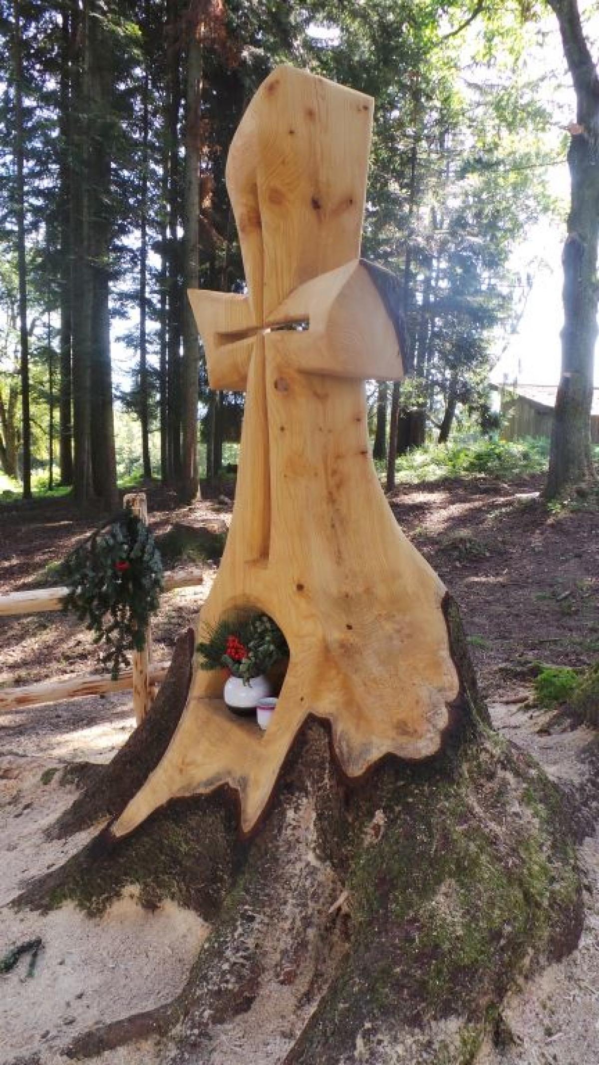 Zwischen Wolfsberg und dem Gipfel des Zinnkopfs steht dieses schöne Kreuz, das förmlich aus einem Baumstumpf herauszuwachsen scheint.