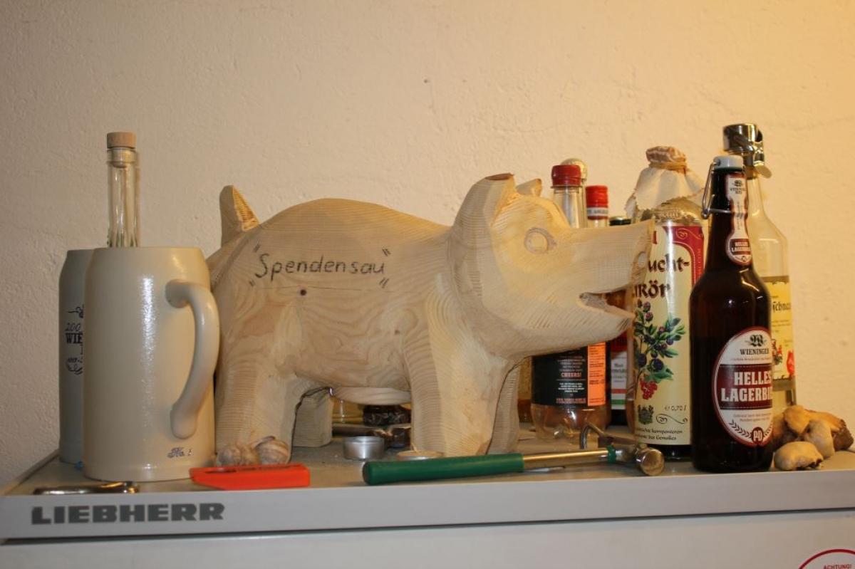 """Schweine gibt es in Max Poschners Ausstellungsraum nicht wenige – die meisten dienen als """"Spendensau"""" mit ausgehöhltem Inneren."""