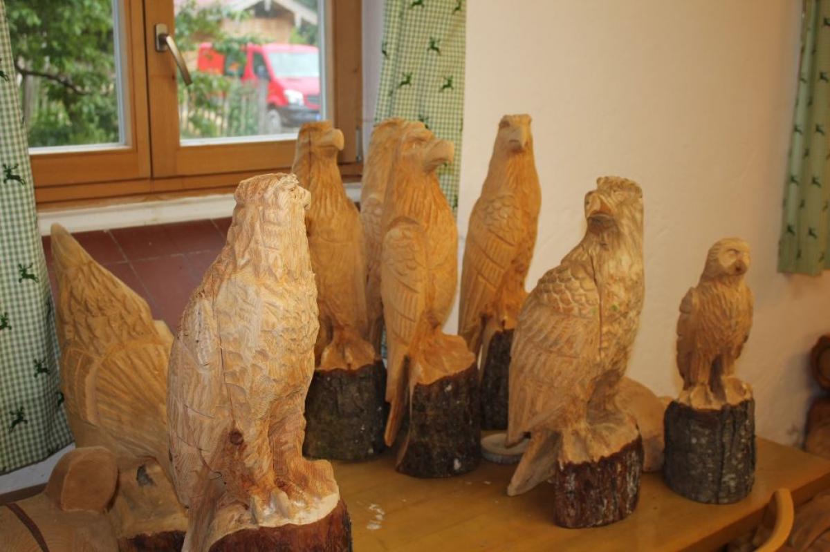 Raubvögel gehören zum festen Bestand von Max Poschners Werk; die macht er auf Vorrat.