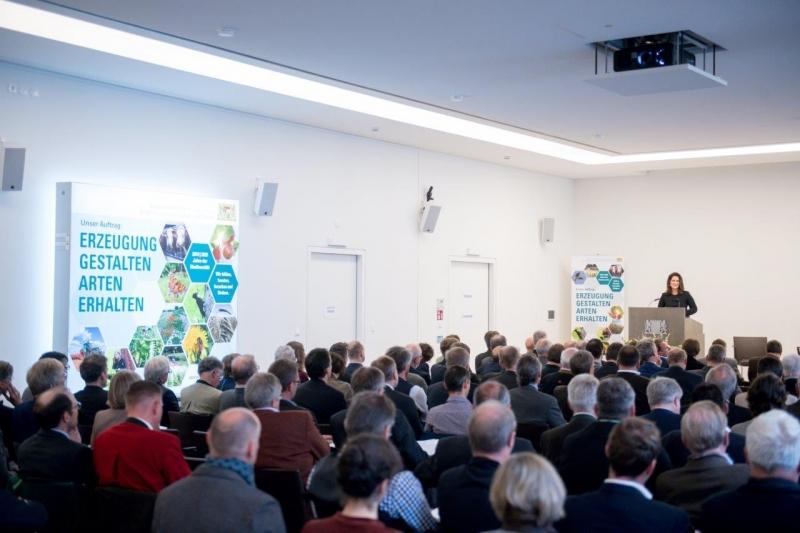 Staatsministerin Michaela Kaniber bei ihrem Statement am Forum Biodiversität.