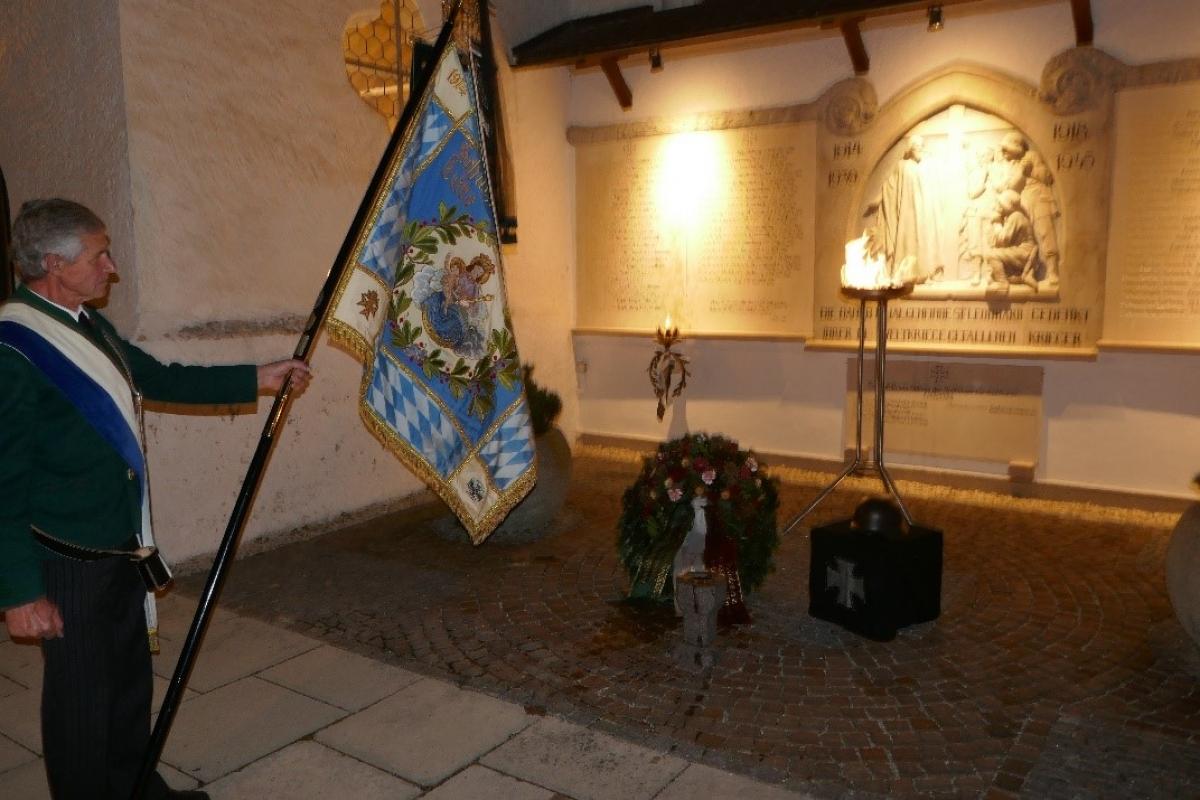 Konrad Kriegenhofer mit der Vereinsfahne der Krieger und Soldatenkameradschaft  St. Leonhard am Wonneberg