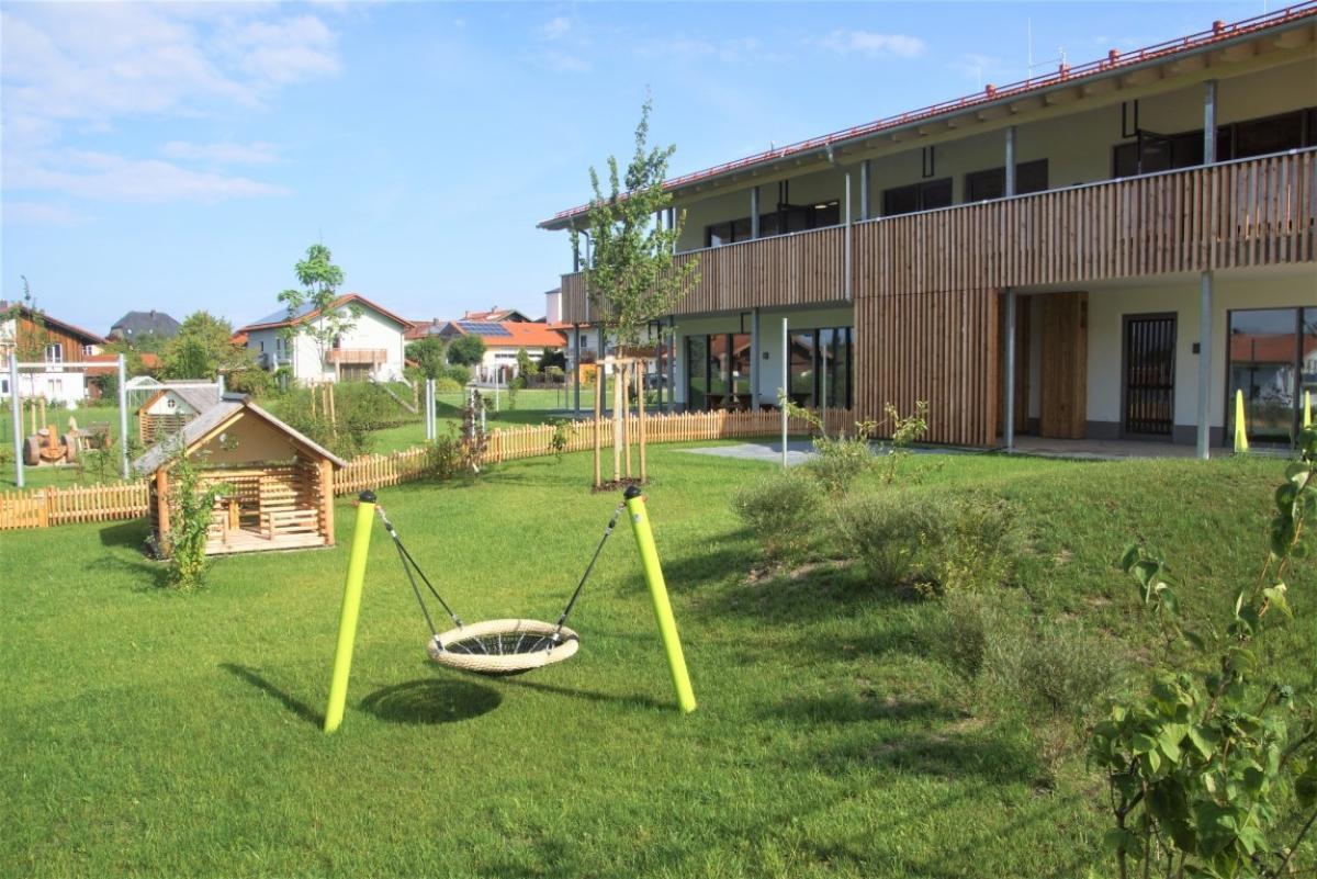 Zahlreiche Spielgeräte und viel Fläche, auch in der Umgebung, stehen den Kindern im neuen St. Leonharder Kindergarten zur Verfügung.