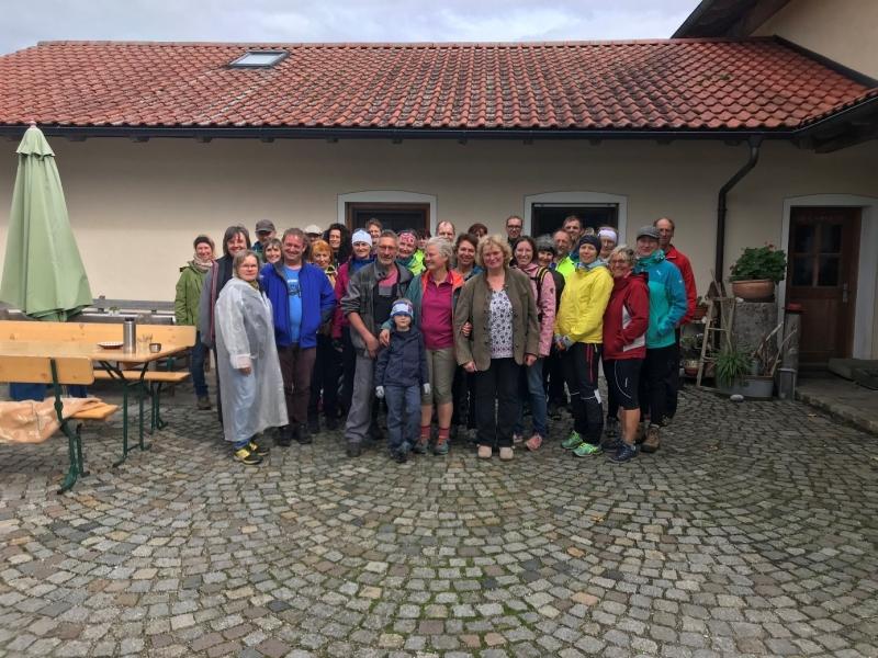 Auf dem Hof von Familie Gebhard-Kecht stellten sich die Teilnehmer zum Gruppenfoto auf