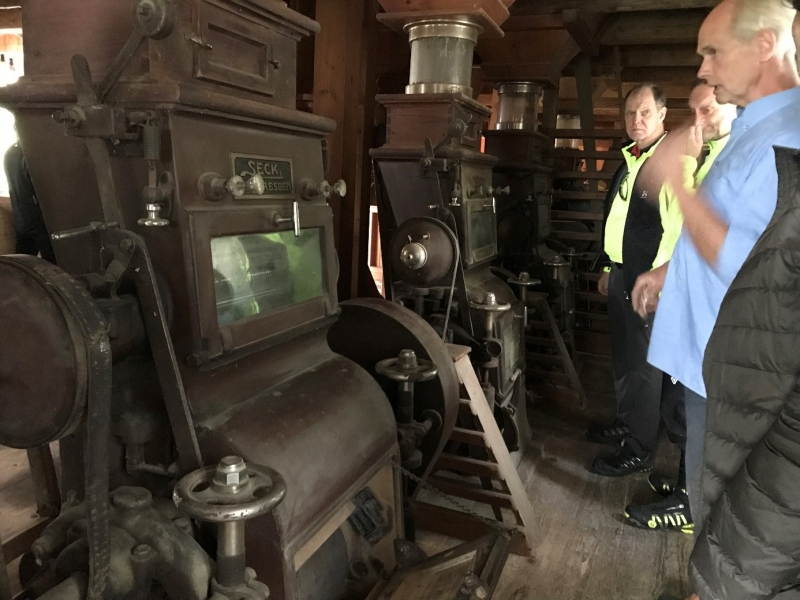 Simon Angerpointner (rechts) erklärt die Funktionsweise der historischen Hofmühle.