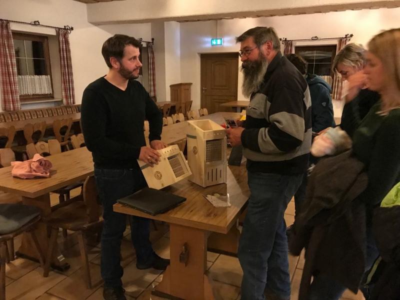 Wildbienenexperte und Imker Christian Müller informiert die interessieren Gartenbesitzer über die Rolle der Wildbienen in der Natur und was man im eigenen Garten für sie tun kann.